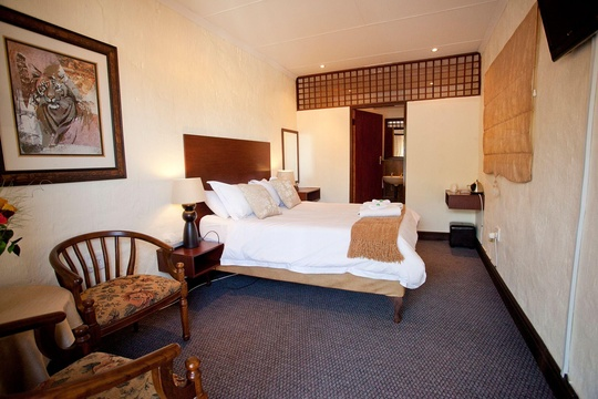 Double Bedroom with Shower, Magalies Mountain Lodge