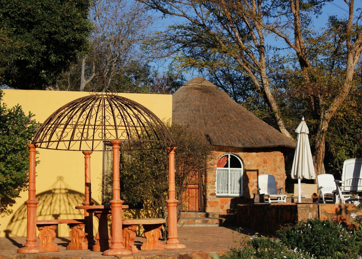 Rondavel Double Bedroom with Bath - Magalies Mountain Lodge