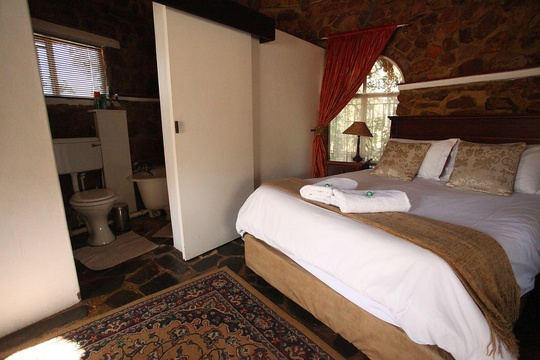 Rondavel Double Bedroom with Bath, Magalies Mountain Lodge