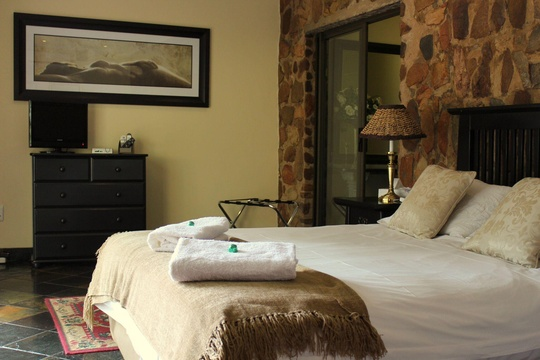 Double Bedroom with Bath & Shower, Magalies Mountain Lodge